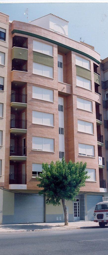 Edificio de 14 viviendas en bloque y locales comerciales en Burriana (Castellón)